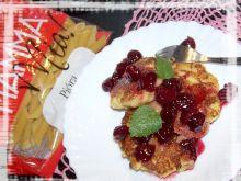 Placki makaronowe z sosem wiśniowym