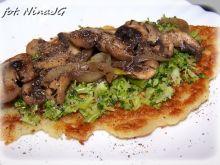 Placki ziemniaczane z pieczarkami na brokułach