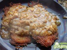 Placki ziemniaczane z sosem  cebulowym