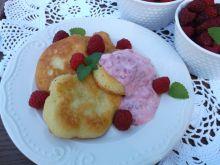 Placuszki z mąki krupczatki z malinami i serkiem
