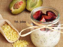 Płatki jaglane z chia i pieczonymi śliwkami
