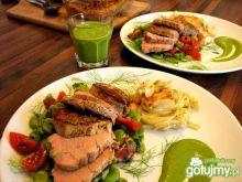 Polędwiczka z sałatką, fenkułem i sosem