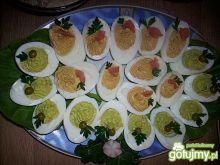 Półmisek faszerowanych jajek na kolorowo