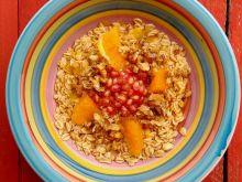 Pomarańczowa owsianka z granatem i orzechami