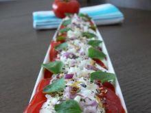 Pomidor z cebulką i kwiatami
