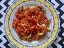 Pomidorowa jajecznica z cukinią i papryką