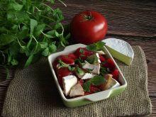 Pomidorowa sałatka z camembertem i kurczakiem