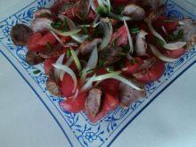 Pomidorowa sałatka z grillowaną kiełbasą