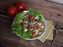 Pomidorowa sałatka z jajkiem, kiełkami i ziarnem