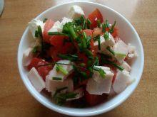 Pomidorowa sałatka z szynką i serem