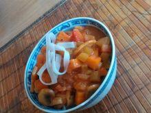 Pomidorowe danie z makaronem ryżowym