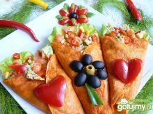 Pomidorowe naleśniki z sałatką z łososia