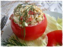 Pomidory faszerowane sałatką z wędzonej makreli