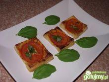 Pomidory z bazylią na francuskim cieście
