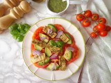 Pomidory z grillowanym tofu, awokado i pesto
