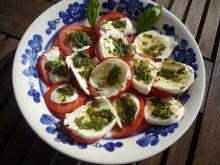 Pomidory z mozzarellą i pastą bazyliową