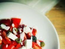 Pomidory z serem feta i oliwkami
