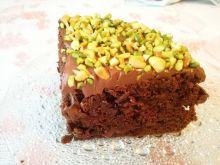 Porzeczkowy tort czekoladowy z pistacjami