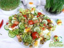 Poświąteczna sałatka z jajem i łososiem