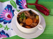 Potrawka z mięsa, warzyw i pieczarek