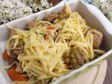 Potrawka z wieprzowiny, marchewki i groszku