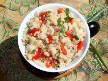 Pożywna sałatka z kaszy bulgur z makrelą i fasolą