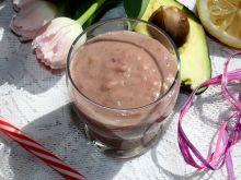 Pożywny koktajl truskawkowy z awokado i bananem