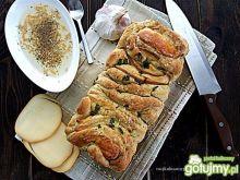 Przekładany chleb z wędzonym serem