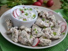 Ziołowy kurczak na parze z sosem rzodkiewkowym