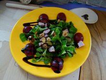 Przystawka z roszponki i winogrona czerwonego
