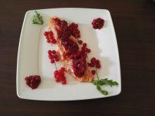 Pstrąg łososiowy w chutney z porzeczki