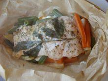 Pstrąg tęczowy w papilotach z warzywami i serem