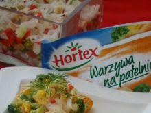 Pstrąg tęczowy z warzywami i paluszkami krabowymi