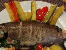 Pstrąg z pikantnym masełkiem pieczony z warzywami