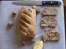 Pszenny chleb razowy z miodem orzechami i jabłkiem