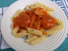 Pulpeciki drobiowe w pomidorowym sosie z warzywami