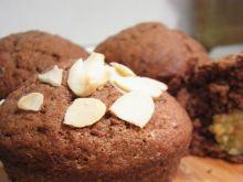 Puszyste babeczki kakaowe na kremówce z mercepanem