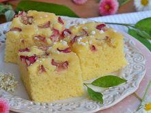 Puszyste ciasto z rabarbarem na mące kukurydzianej