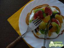 Puszyste naleśniki z owocami i bitą śmie