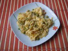 Pyszna jajecznica z cebulą i groszkiem
