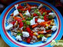 Pyszna sałatka ryżowa z warzywami
