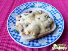 Pyszne grzanki z pieczarkami i serem