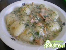 Pyzy ziemniaczane w sosie koperkowym