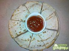 Quesadilla z czerwoną papryką i oliwkami