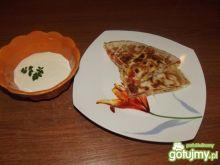 Quesadilla z kurczakiem i sosem