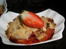 Rabarbar z truskawkami pod  cynamonową  kruszonką