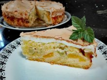 Rabarbarowe ciasto z morelami i bezą
