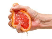 Ręce zabrudzone po obieraniu warzyw