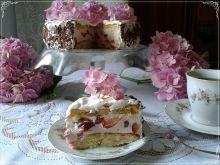 Rocznicowy tort z truskawkami i czereśnią