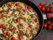 Rodzinny omlet z mozzarellą, pomidorkami i serem